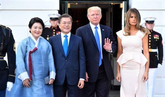 71633a5a497 해외순방시에는 주로 한복을 입으시며 한국 전통의 아름다움을 세계로 전파하고 계십니다. 실제로 다른 나라의 귀빈들께서 김정숙 여사의  한복을 보고